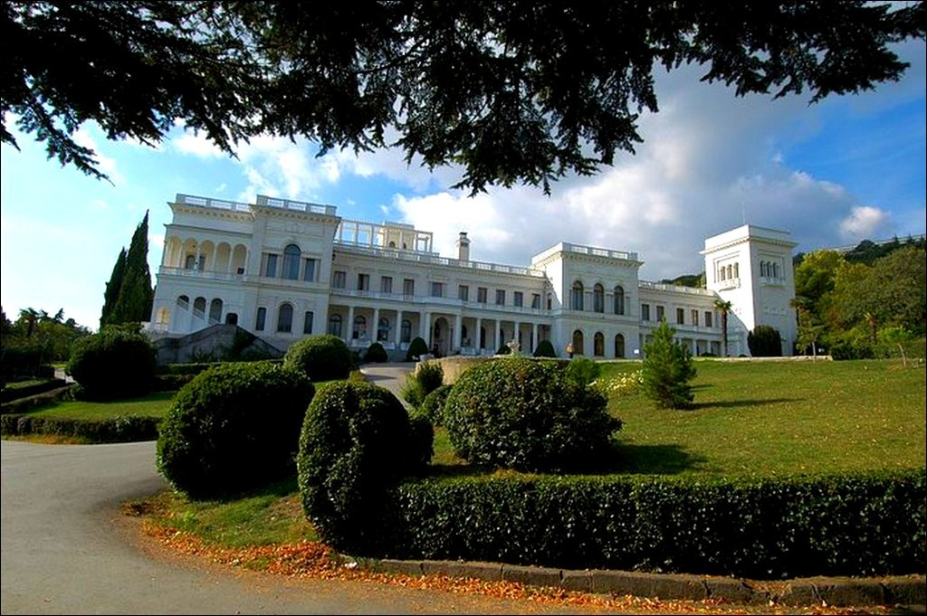 Фото Ливадийского дворца в Крыму